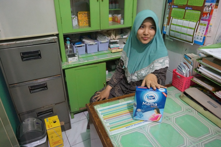private midwife Nurul Uul office_her mother subscribed to promote frisian flag copy